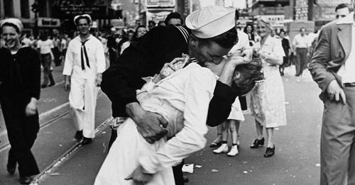 经典照片《胜利之吻》